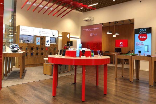 Vodafone testuje digitální prodejnu, T-Mobile ruší v kancelářích pevné židle