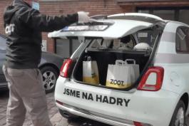 Kurýr Zoot Taxi počká, než si zákazník oblečení doma vyzkouší