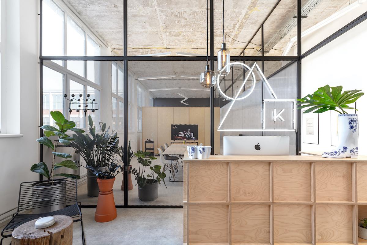 Současná kancelář KHS ve 4. etáži 64. budovy Baťova areálu. Návrh interiéru: Studio Cosmo