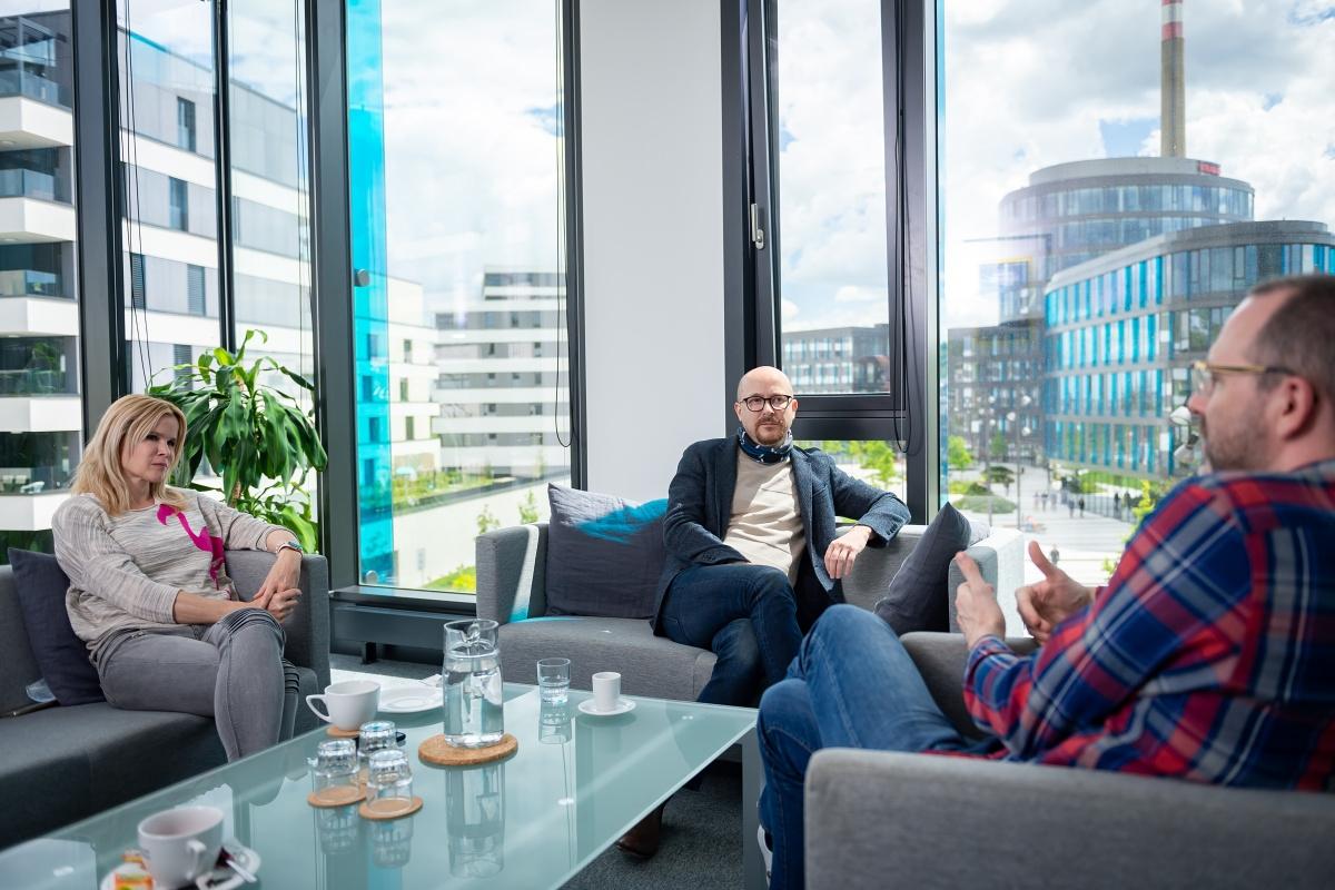 Patricie Honslová a Petr Bednář v rozhovoru s Ondřejem Austem. Foto: Vojta Herout