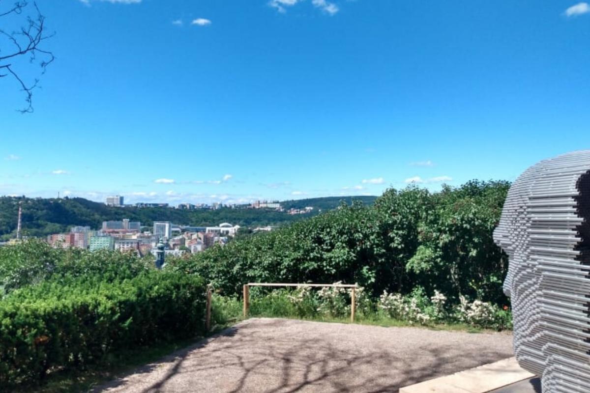 Začínáme v Brně, museli jsme proto vyrazit pro vhodné foto. Zde hlava básníka Skácela.