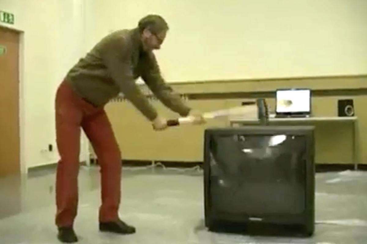 Doktor Miloš Petana rozbíjí klasický televizor. Záběr je z prvního videa na platformě Stream.cz z 21. prosince 2006