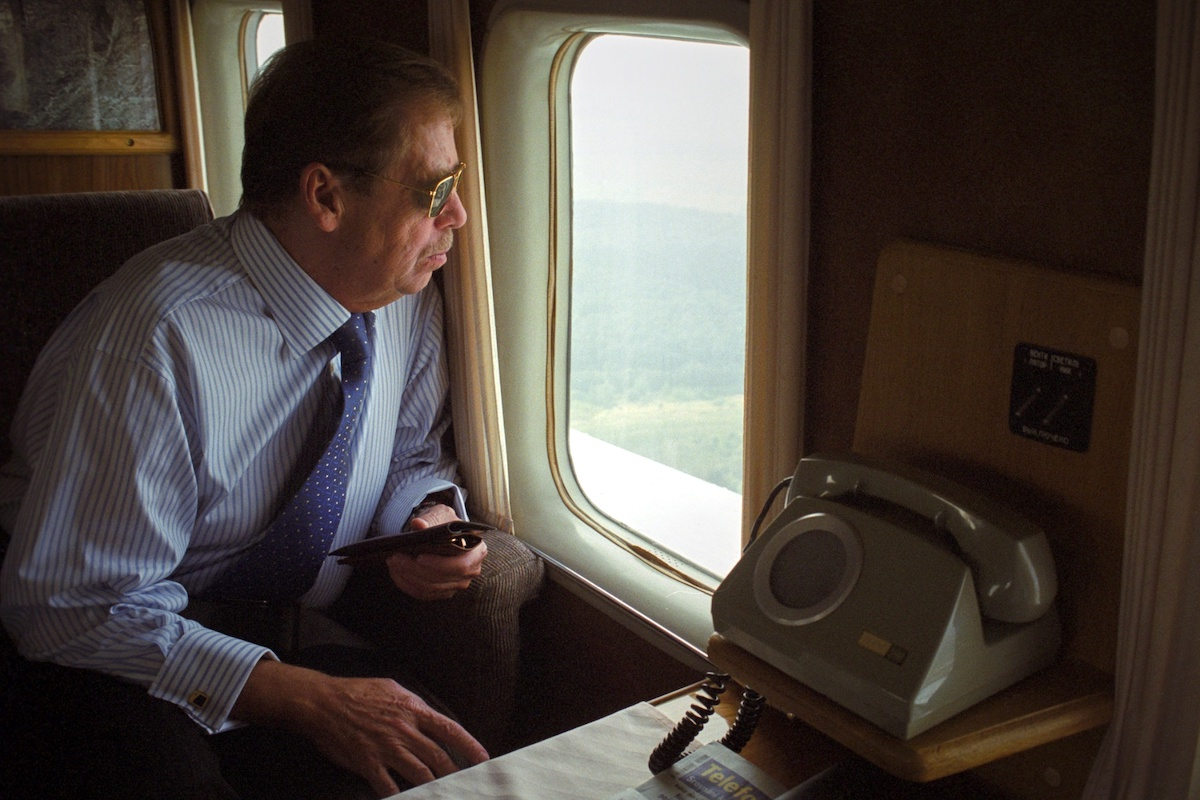 Václav Havel v helikoptéře, 2002. Foto: Karel Cudlín / Knihovna Václava Havla