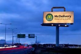Donášku McDelivery od McDonald's propagují bigboardy ve tvaru tašky
