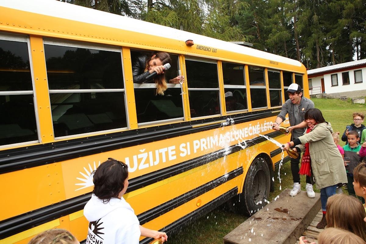 Slunečný bus s herci ze Slunečné