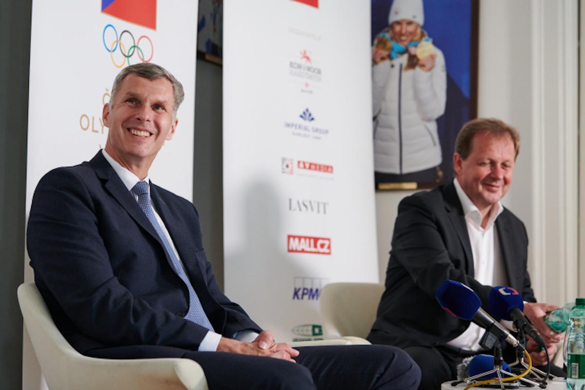 Předseda Českého olympijského výboru Jiří Kejval a generální ředitel České televize Petr Dvořák