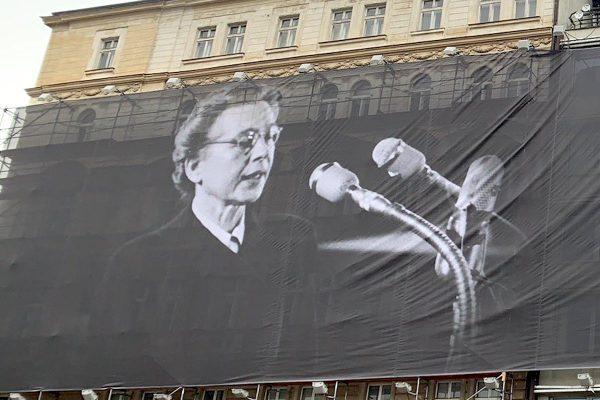 Reklamu v čele Nuselského mostu nahradila plachta s Miladou Horákovou