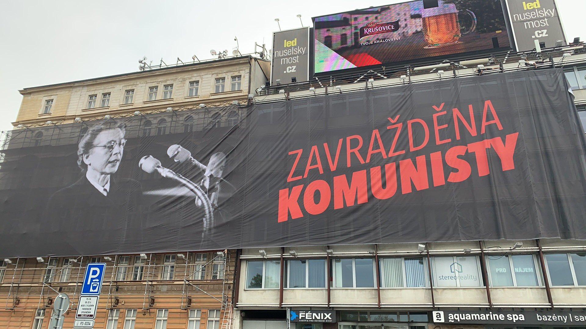 Milada Horáková na reklamní plachtě u Nuselského mostu