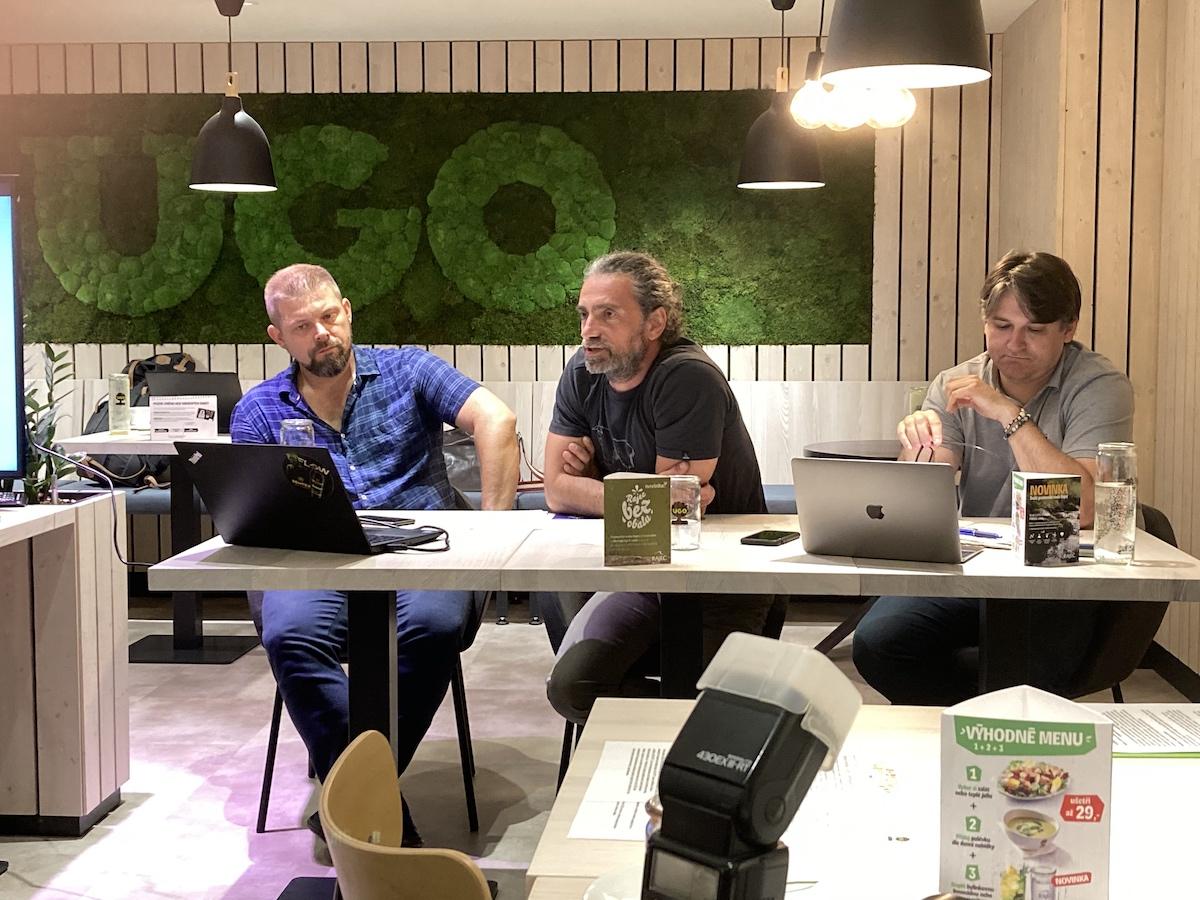 Zleva Stanislav Pekárek, Jannis Samaras, Michal Farník na tiskové konferenci