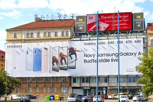 Od Nuselského mostu zmizela obří reklamní plachta
