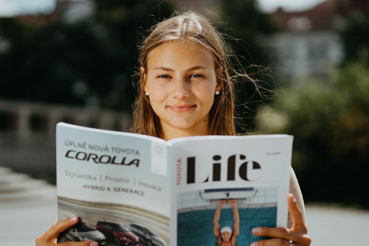 Tvář Toyoty Bára Seemanová s magazínem Life