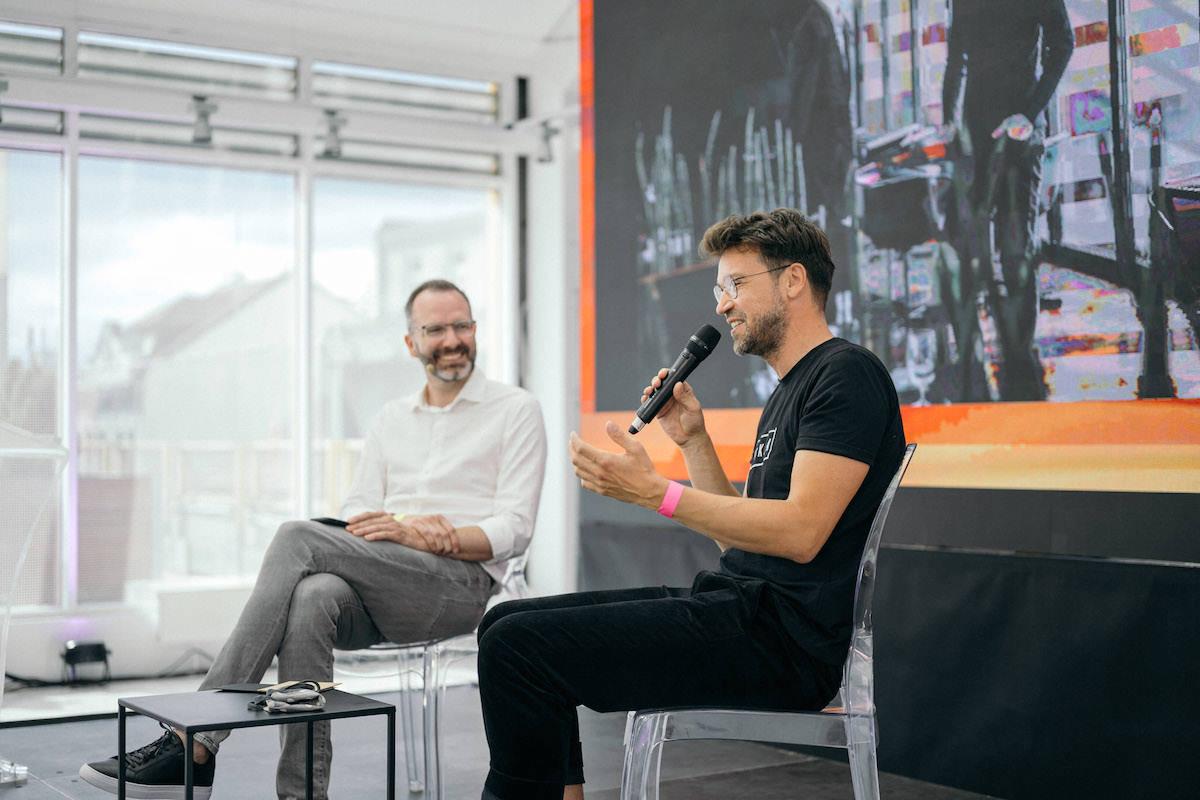 Lukáš Hejlík v rozhovoru s Ondřejem Austem. Foto: Lukáš Neasi
