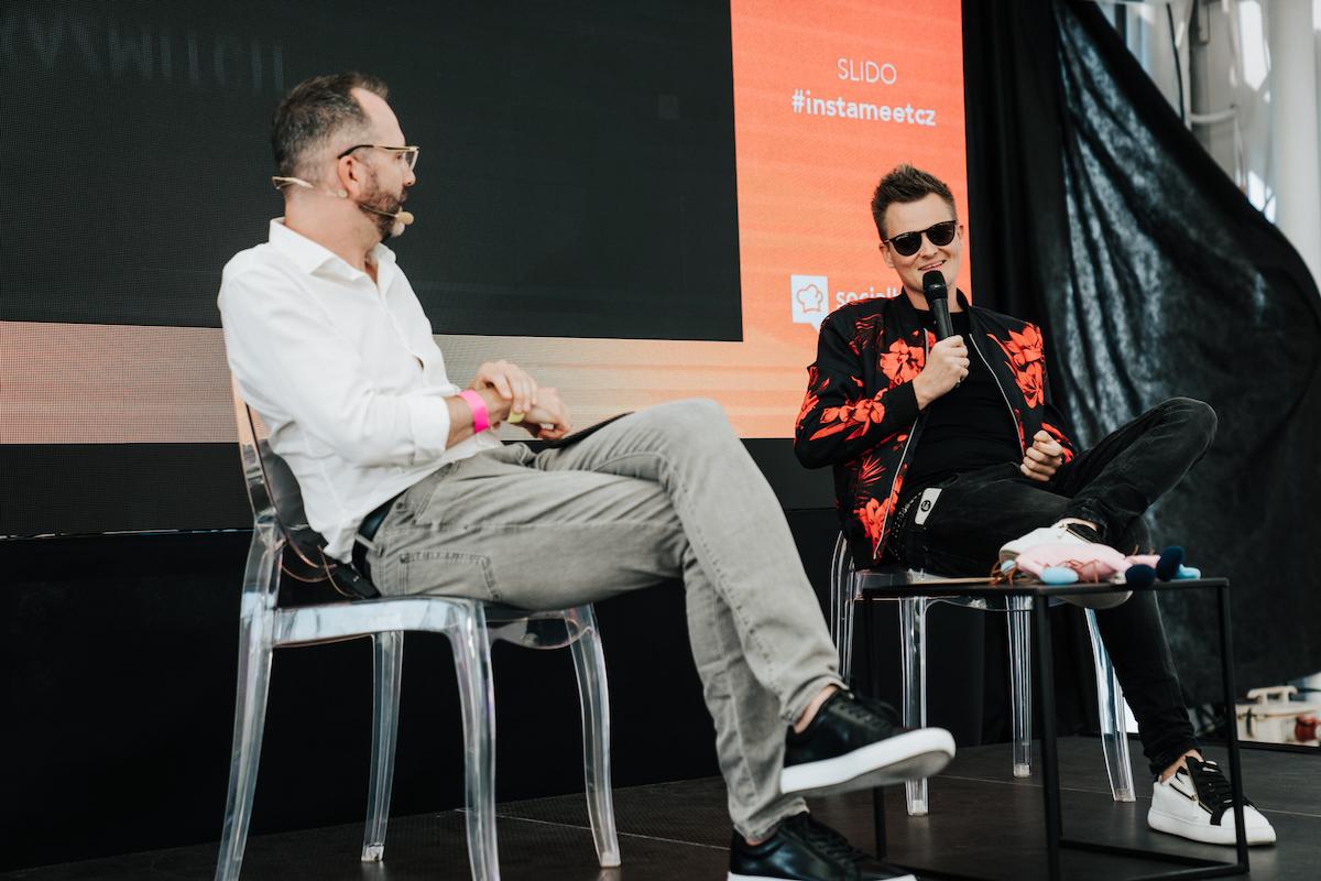 Kamil Bartošek alias Kazma v rozhovoru s Ondřejem Austem. Foto: Michala Rusaňuková