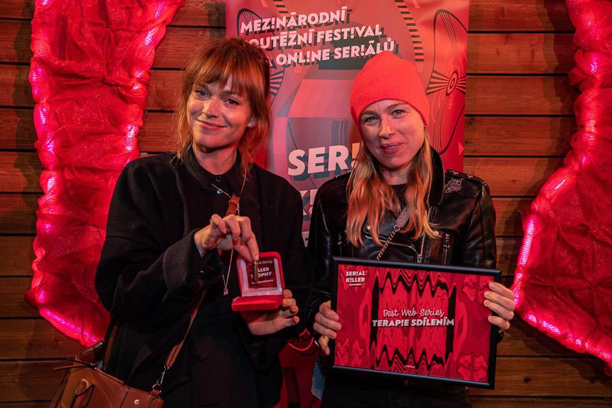 Ester Geislerová a Josefina Bakošová přebírají cenu za nejlepší webový seriál Terapie sdílením. Foto: Tomáš Bezděk