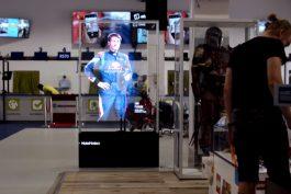 Hologram s pilotem Flying Bulls je vidět i v Alze, poutá na soutěž Red Bullu