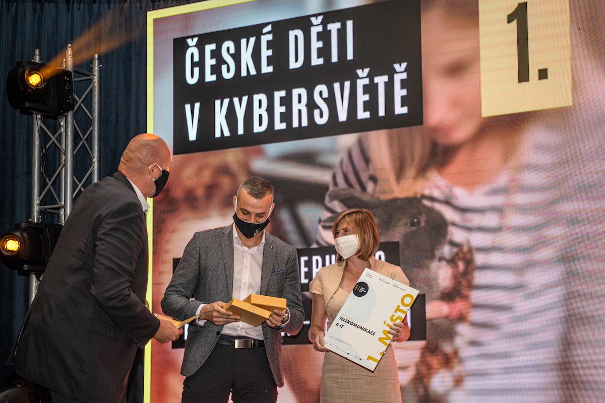 Pavel Vlček, předseda PR klubu, předává ocenění Nejlepší agentuře FleishamnHillard za projekt České děti v kybersvětě