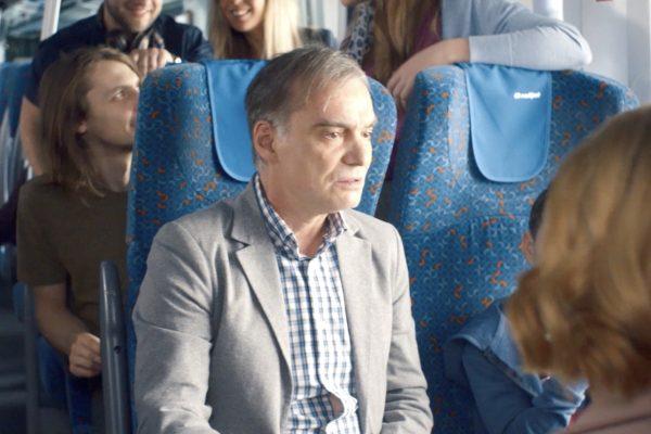 Trojan se z pankáče mění v operního pěvce, rodinu veze vlakem do zahraničí