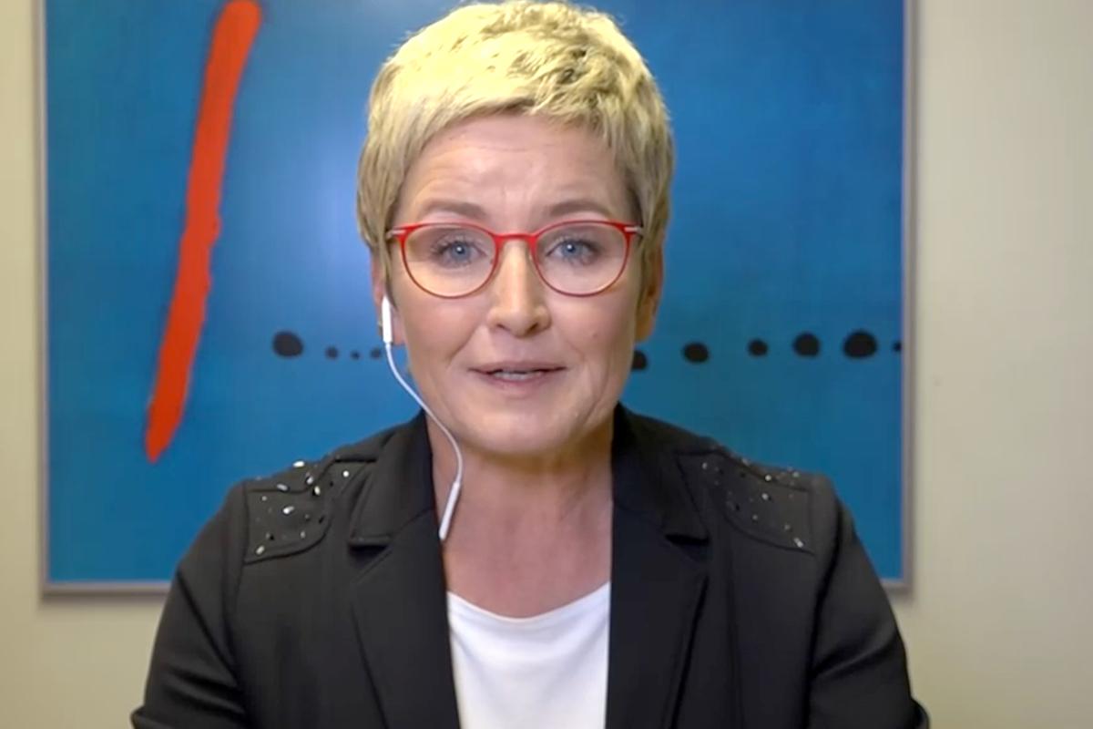 """Moderátorka Marcela Augustová v prvním vstupu z """"domácího studia"""""""