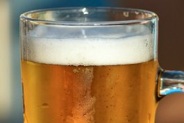 Univerzita Karlova bude mít své pivo Pěkný číslo, vymysleli ho na matfyzu