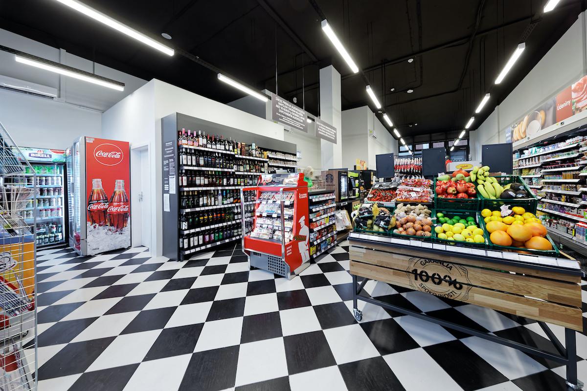 Interiér první slovenské prodejny Žabka v Bratislavě