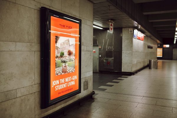 Studentskou rezidenci The Fizz představují v metru vitríny s lentikulárním tiskem