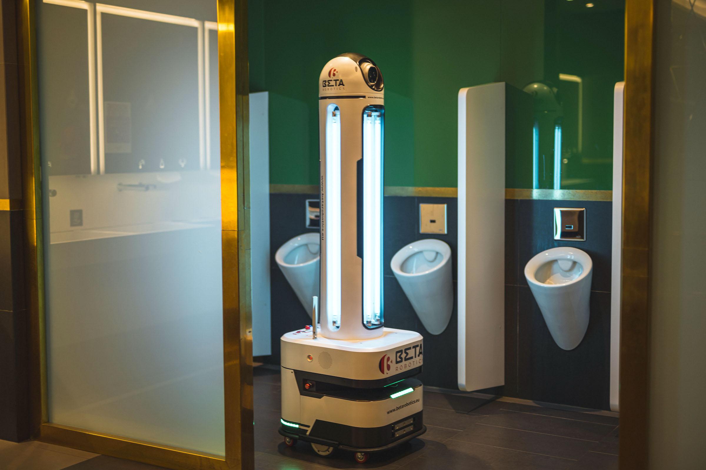 Čisticí robot od BetaRobotics při testu na Chodově