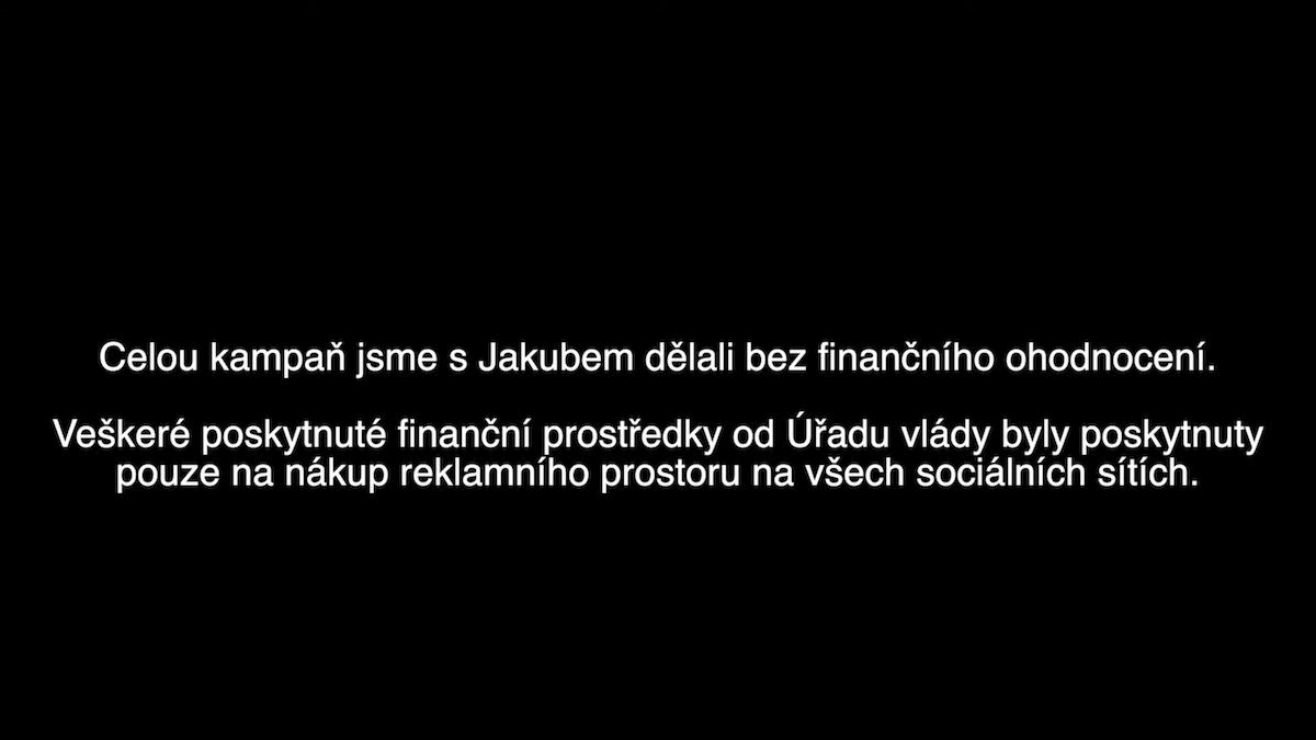 Anna Šulcová v prvním videu v podstatě tvrdí, že agentuře nejdou za nákup prostoru na sítích žádné provize