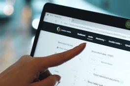 Newton prodává přístup do archivu i veřejnosti