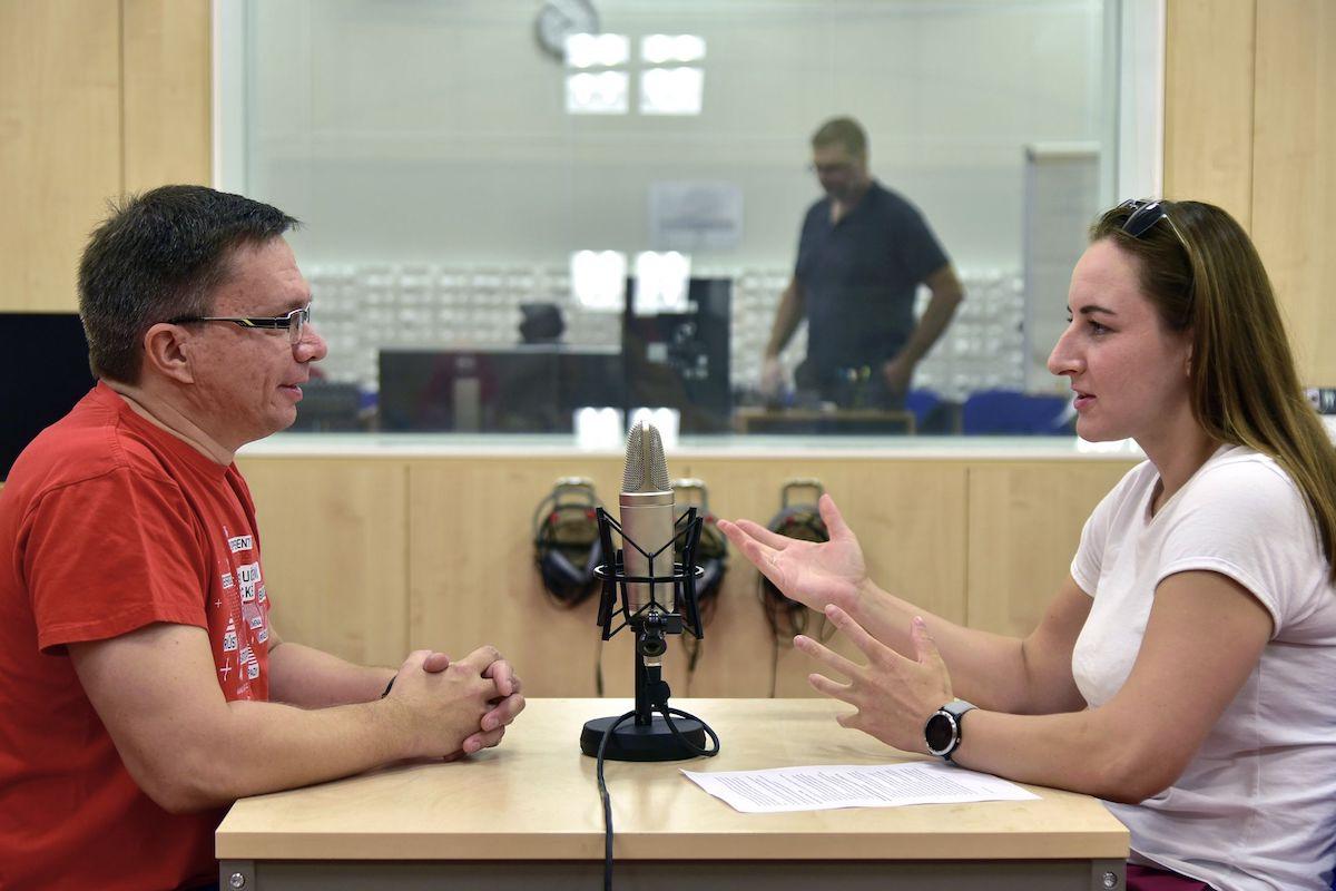 Podcastem Technicky vzato od brněnského VUT provází tamní mluvčí Tereza Kadrnožková, která má několikaleté zkušenosti z Českého rozhlasu. Zdroj: VUT