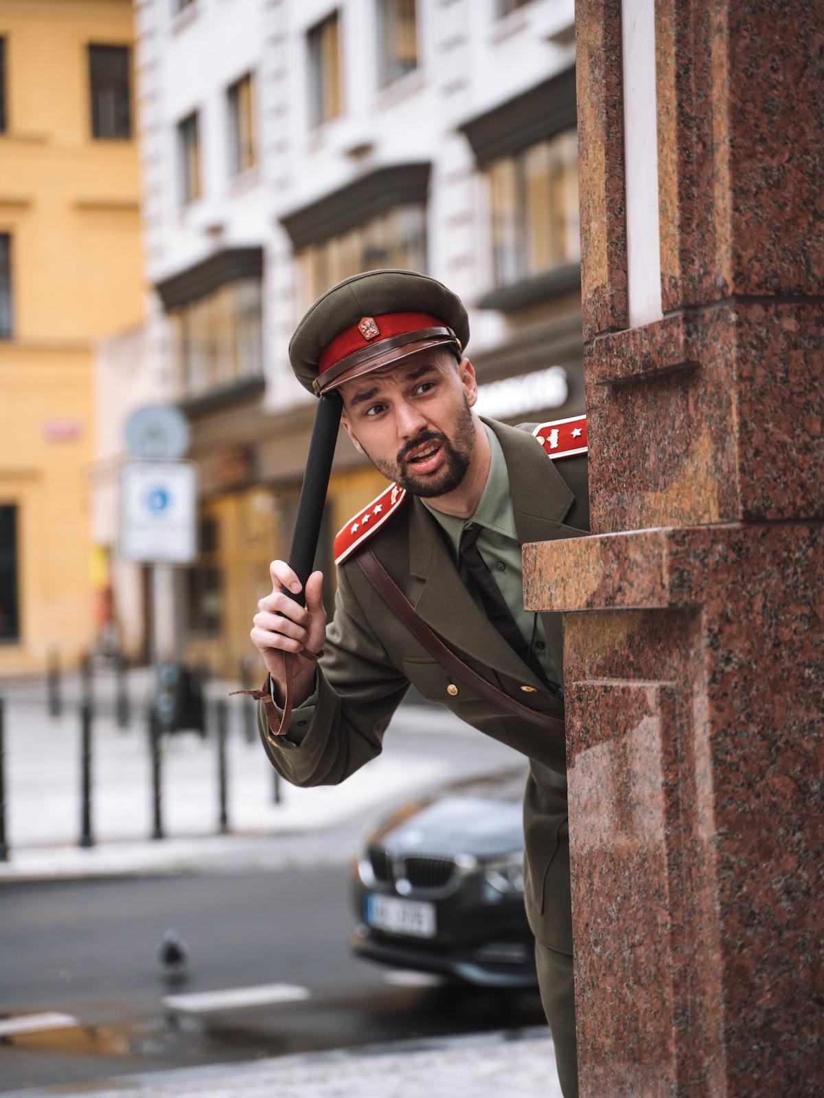 Jonáš Čumrik jako soudruh Jonáš na TikToku s nadsázkou přibližoval realitu minulého režimu, v kampani pro Díky, že můžem