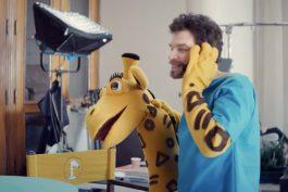 Plyšová žirafa od Zonky se odhaluje, nové spoty ukazují herce pod maskou