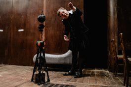 Brejlando promítá inscenace pražských divadel ve VR brýlích od Brainz