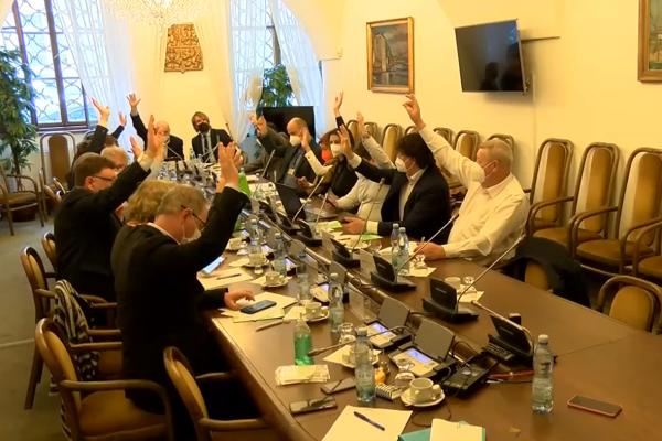 Poslanci zúžili výběr do Rady ČT. Postupují Kratochvíl, Váňa, taky Novák, Fištejn nebo Žádník