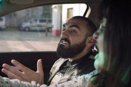 Agresivitu mladých řidičů má pomoci odnaučit série videí se stand-up komikem