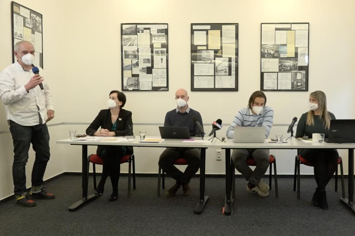 Daniel Köppl (stojící vlevo) na tiskové konferenci k očkovací kampani