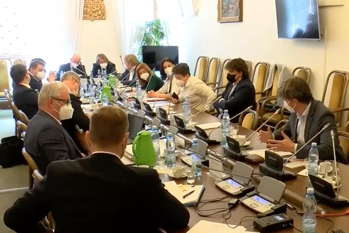 Zasedání volebního výboru, vpravo senátor Marek Hilšer