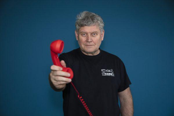 Člověk v tísni představuje Červené sluchátko, nabízí pomoc s dluhy