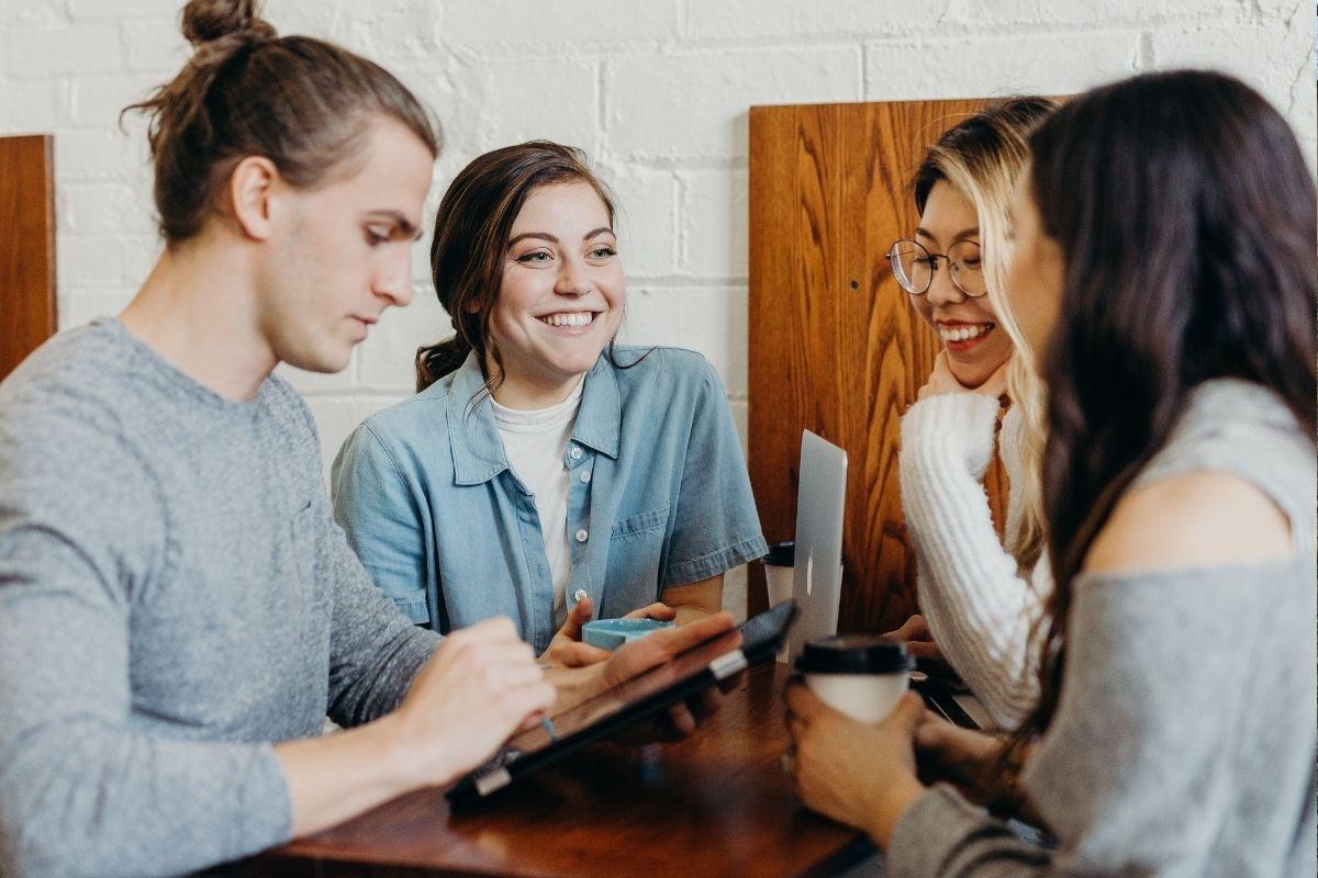 Tito mladí lidé se smějí, protože našli médium, které píše o tom, co je zajímá. Zdroj: Unsplash