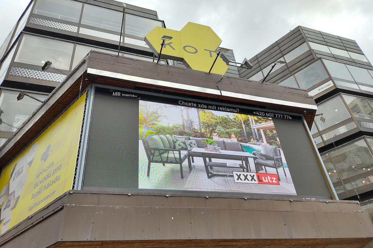 Kampaň XXXLutz na outdoorových digitálních nosičích na obchodním domě Kotva