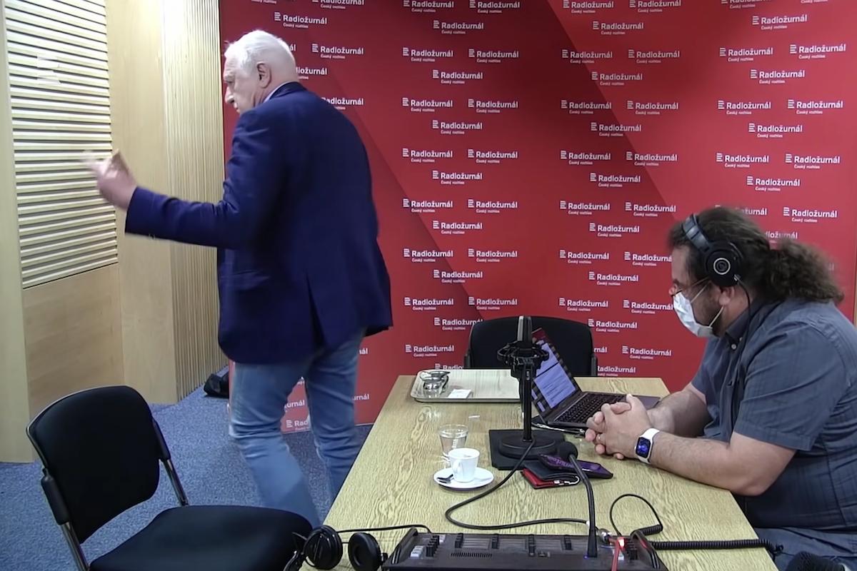 Václav Klaus odchází z rozhovoru s Vladimírem Krocem. Repro: Radiožurnál