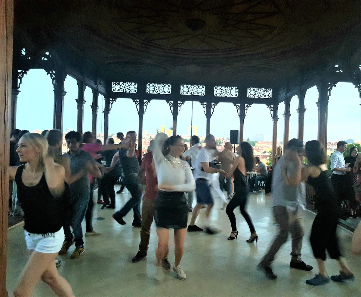 V průběhu večera si někteří pohybově nadaní textaři odskočili na terasu Altánu, kam byli pozváni na parket pražskými milovníky salsy