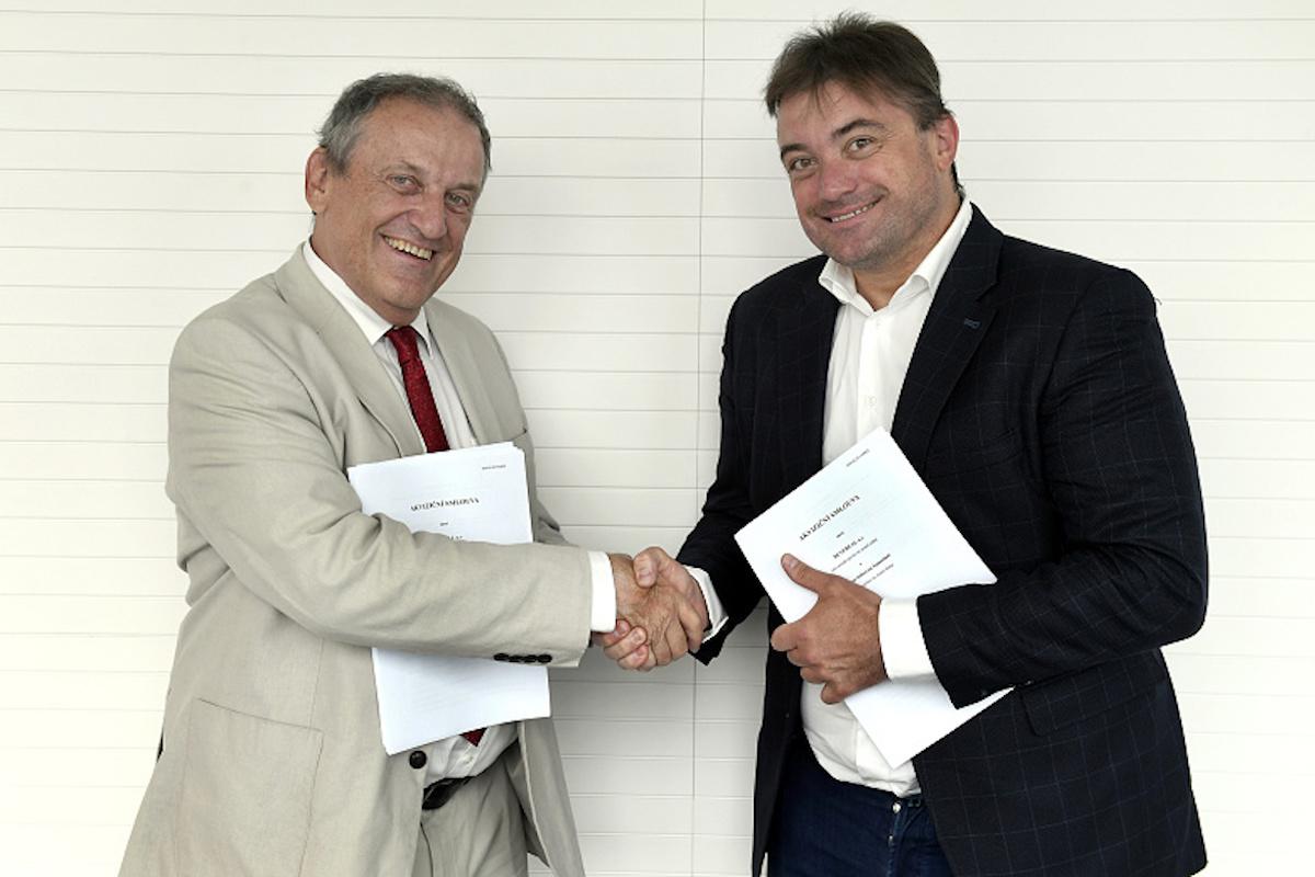 Jiří Majstr a Igor Rattaj při podpisu smlouvy. Foto: ČTK