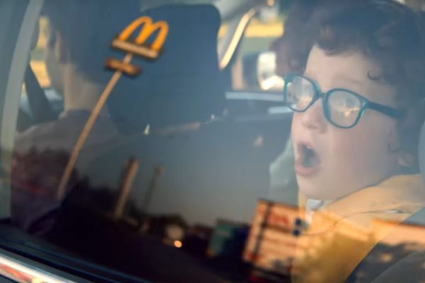 McDonald's ve spotu děkuje svým zaměstnancům za nasazení během pandemie