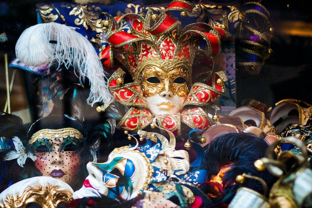 Masky dovolují nové věci, a to je dobré. Photo by Llanydd Lloyd on Unsplash