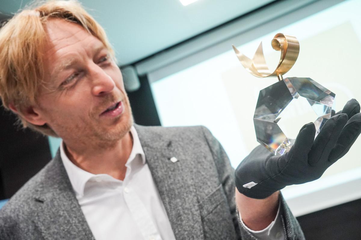 Karel Janeček s trofejí pro nejpopulárnější interprety, jejíž podobu vytváří designérka Viktorie Beldová