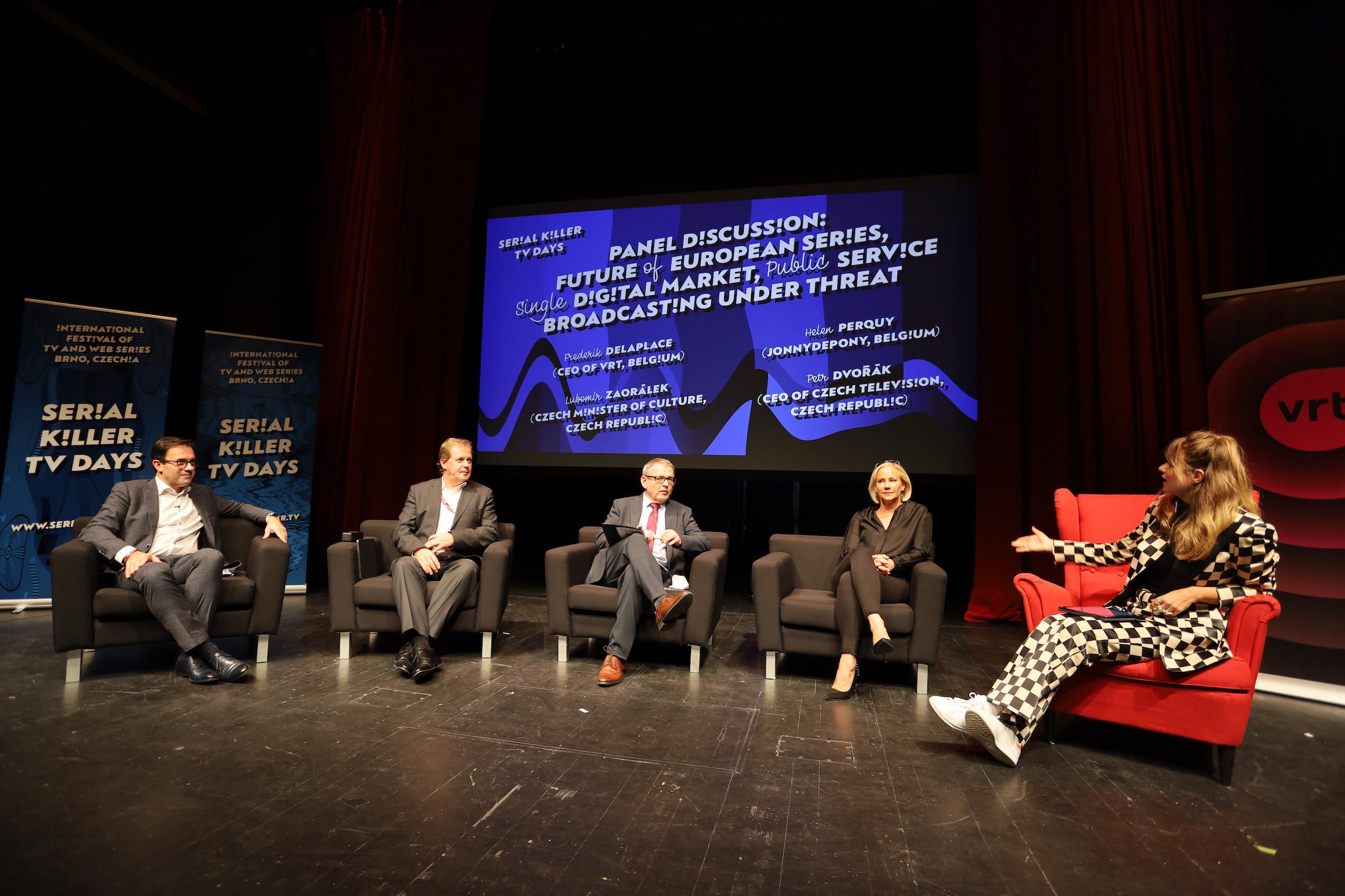Panelovou diskusi moderovala Emma Smetana. Foto: Serial Killer
