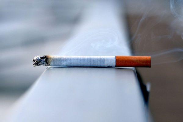 Po telefonu saháme podobně automaticky jako po cigaretě. Zážitek se ale zásadně liší.