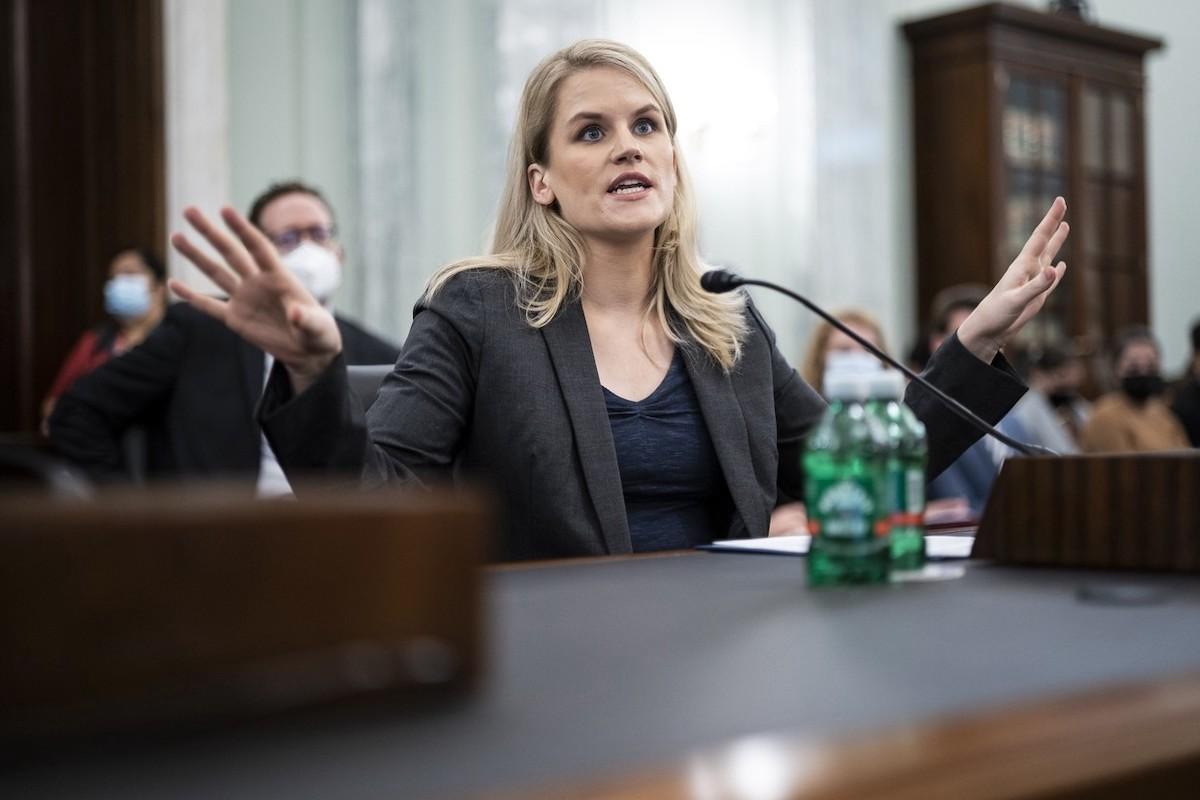 Frances Haugen, bývalá zaměstnankyně Facebooku, při slyšení před americkým Kongresem. Foto: Profimedia.cz