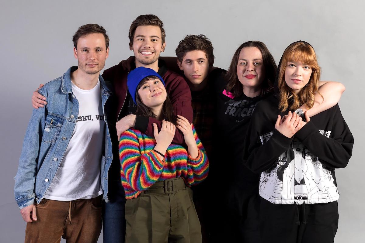 Protagonisté seriálu o teenagerech TBH, druhá zprava režisérka Lucie Kajánková
